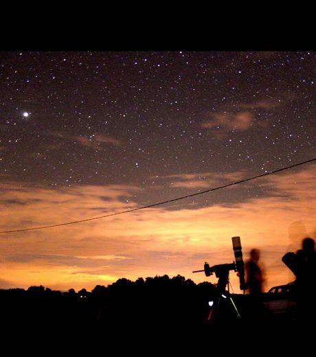 En ces nuits des étoiles vous serez sûrement nombreux à poser vos télescopes et vous laissez emporter par les mystérieuses lumières du ciel comme sur cette vue prise à Molay dans le Jura (Crédits : Adrien Petitjean)