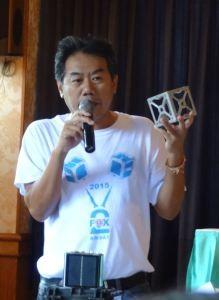 Tanan Rangseeprom HS1JAN avec le modèle CubeSat